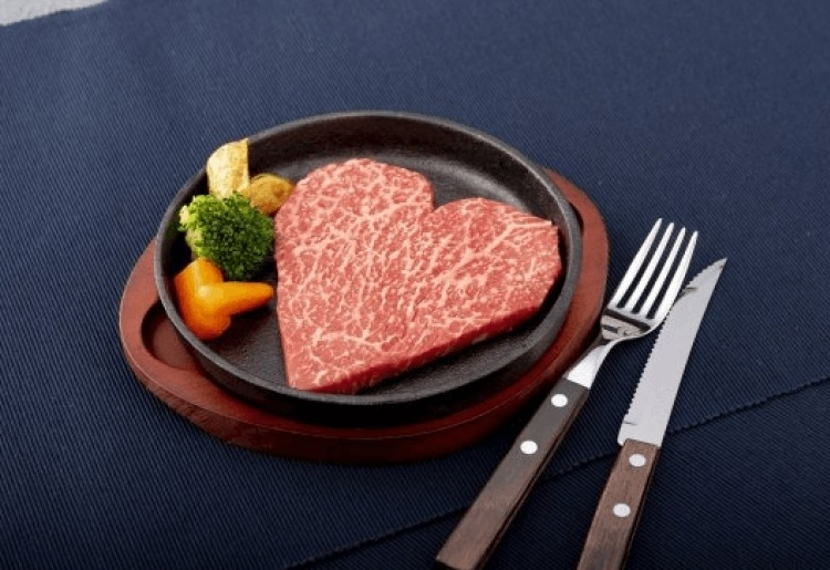 大きなハートのステーキで気持ちを伝えてみない?