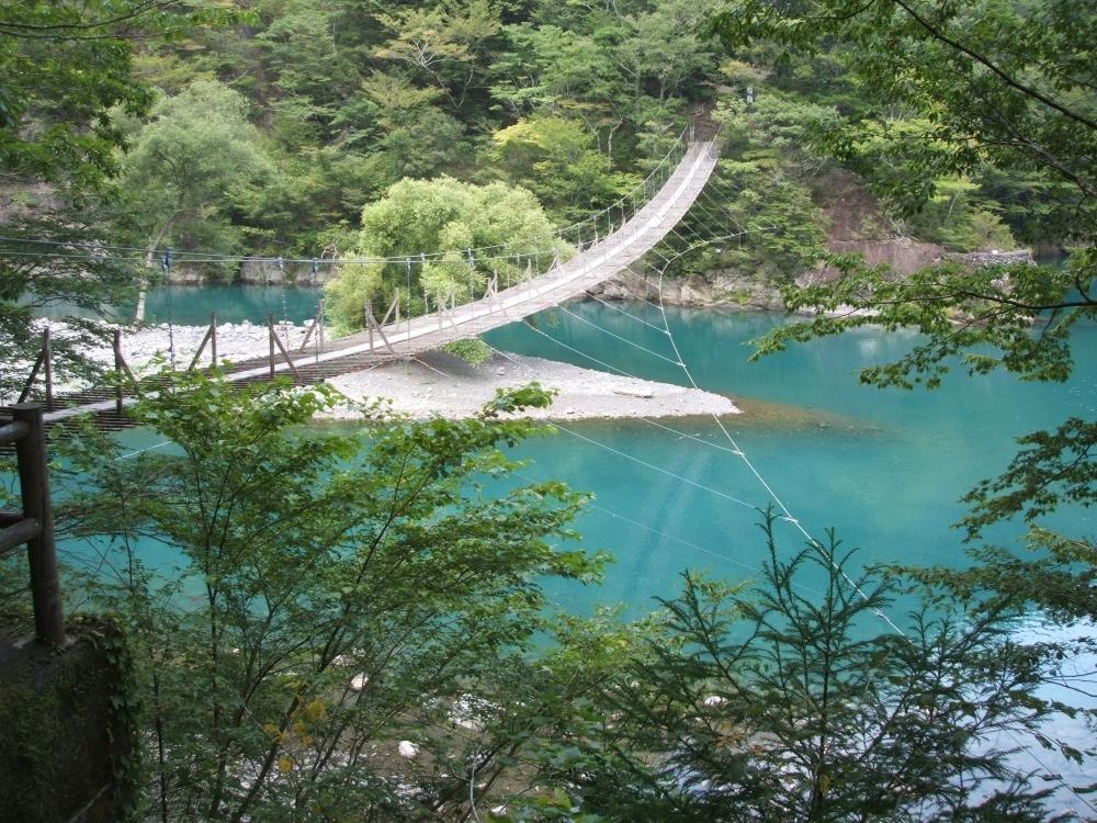ここは日本? エメラルドブルーに輝く水面にかけられた「夢の吊橋」