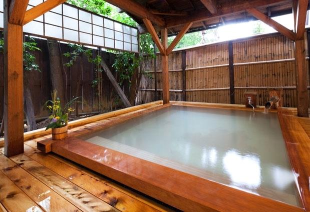 福島県の岳温泉「お宿 花かんざし」の魅力①露天風呂で日本酒