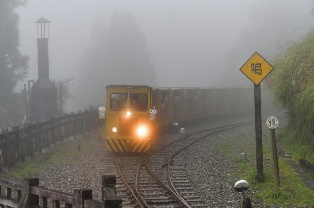 観光列車に揺られ、林業で栄えた時代に思いを馳せる。