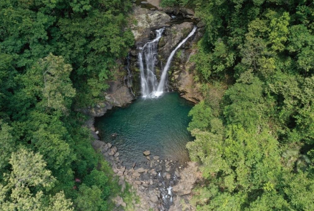 滝壺の美しさにうっとり、マイナスイオンですっきり。