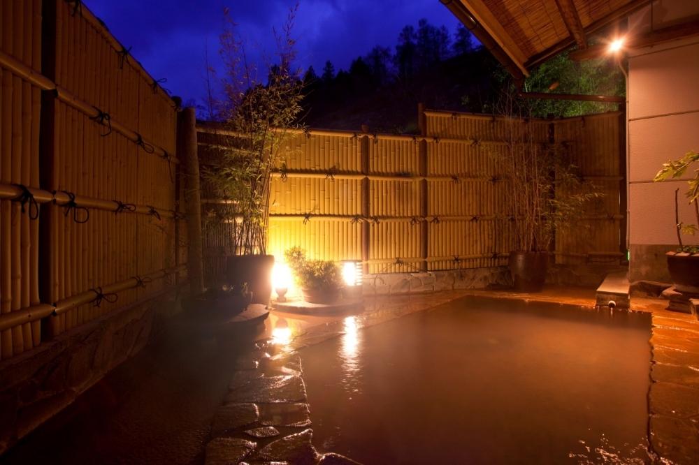 外湯も内湯も100%掛け流しの天然温泉で湯浴み