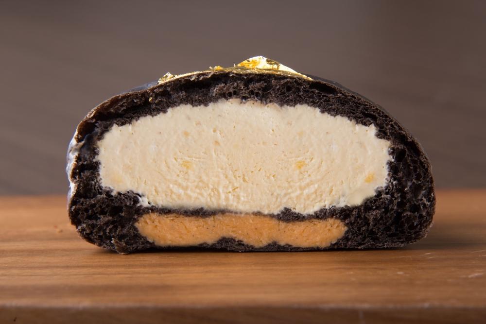 真っ黒な極上のクリームパン