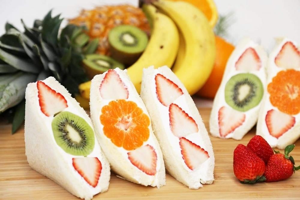 旬のフルーツが丸ごと入ったボリューミーなフルーツサンド