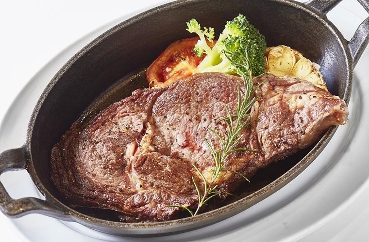 厳選された各国産の最高級牛を最適な調理法&ソースで。
