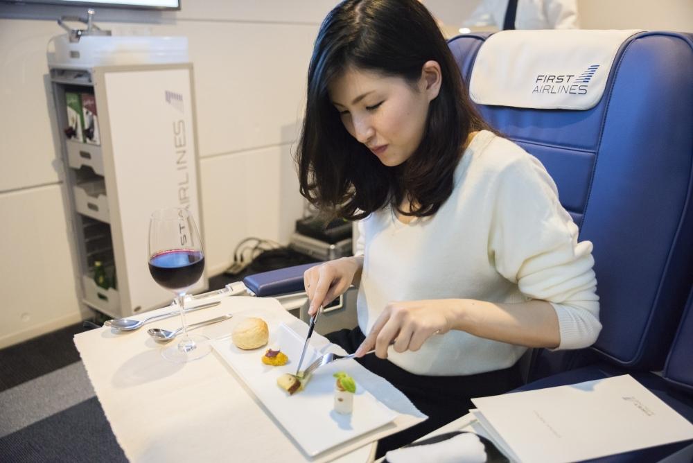 渡航都市に合わせた機内食をワインとともに