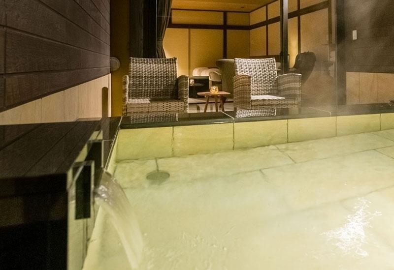 客室の庭に設えた自然の中の温泉露天風呂でリラックス