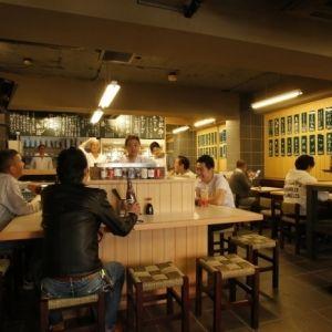 酒飲み女子の交流スポット! 約200種類のカップ酒を楽しめる大衆酒場「千酉足」