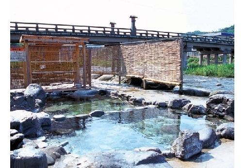 三朝温泉ならではの開放感あふれる「河原風呂」