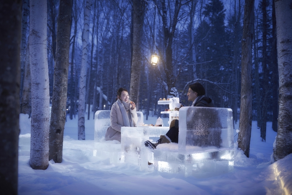 幻想的な雰囲気の中、氷の特別席で楽しむアフタヌーンティー