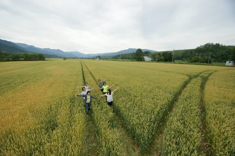地平線が見える広大な麦畑を散歩し、自家製ピザ窯でピザ作り