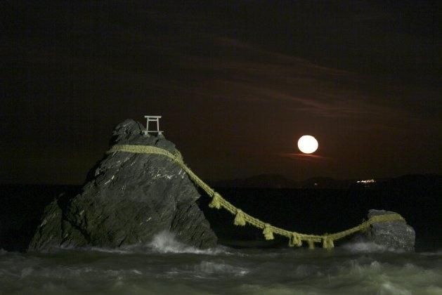 冬に必見! 夫婦岩と月の幻想的な景色