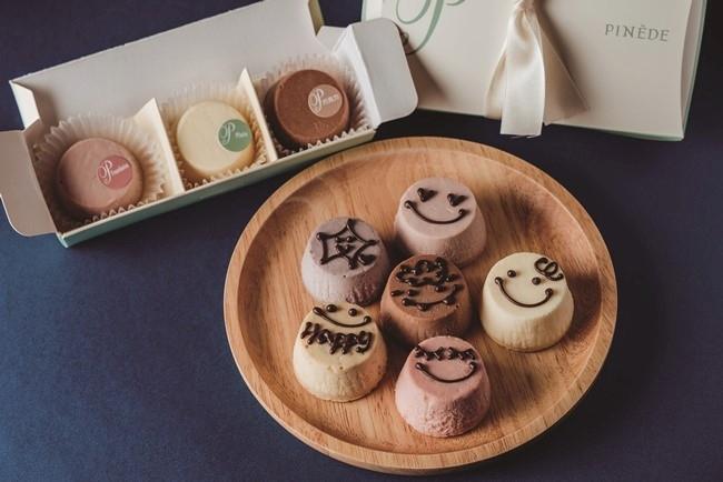 さまざまなフレーバーが楽しめるミニチーズケーキは、文字入れも可能!
