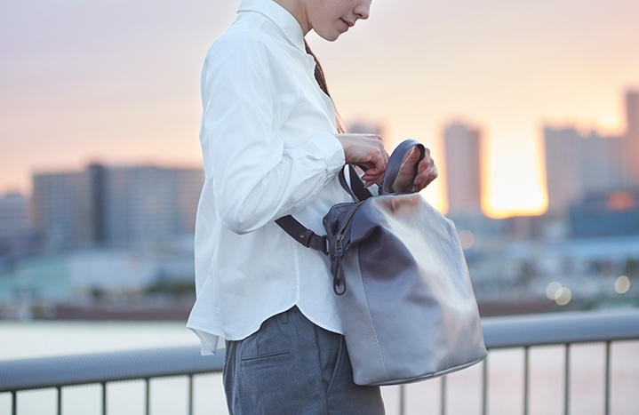 旅のおともに連れていきたい!夜明けの色彩と地平線のフォルムを表現したバッグに注目その3