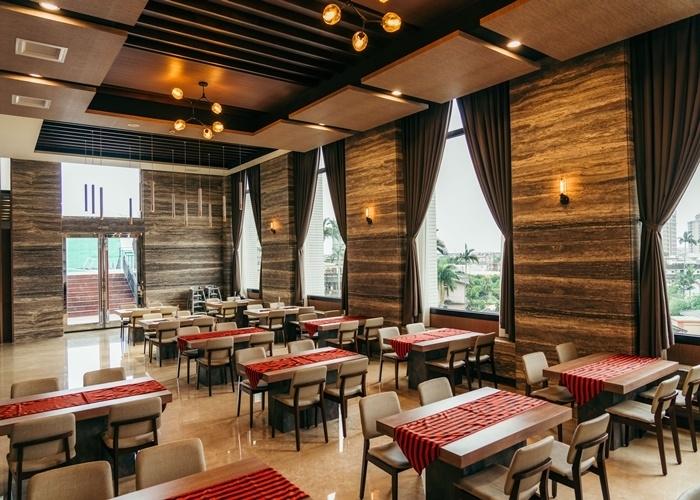 眺めのよいレストランで、地元の食材で作った料理に舌鼓。