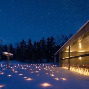 星野リゾートの「水の教会」で開催。幻想的なクリスマスイベントとは
