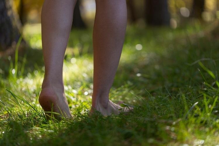 裸足で歩くグラウンディングロード