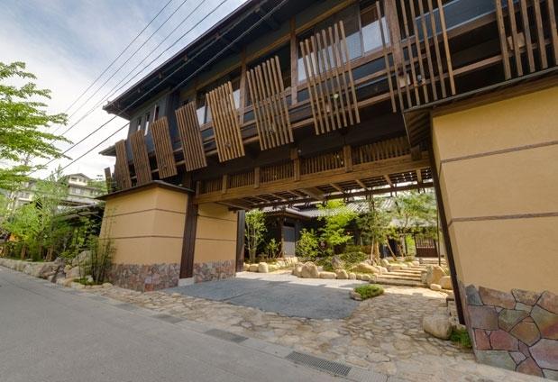 日本の伝統建築とモダンなインテリアが融合した空間