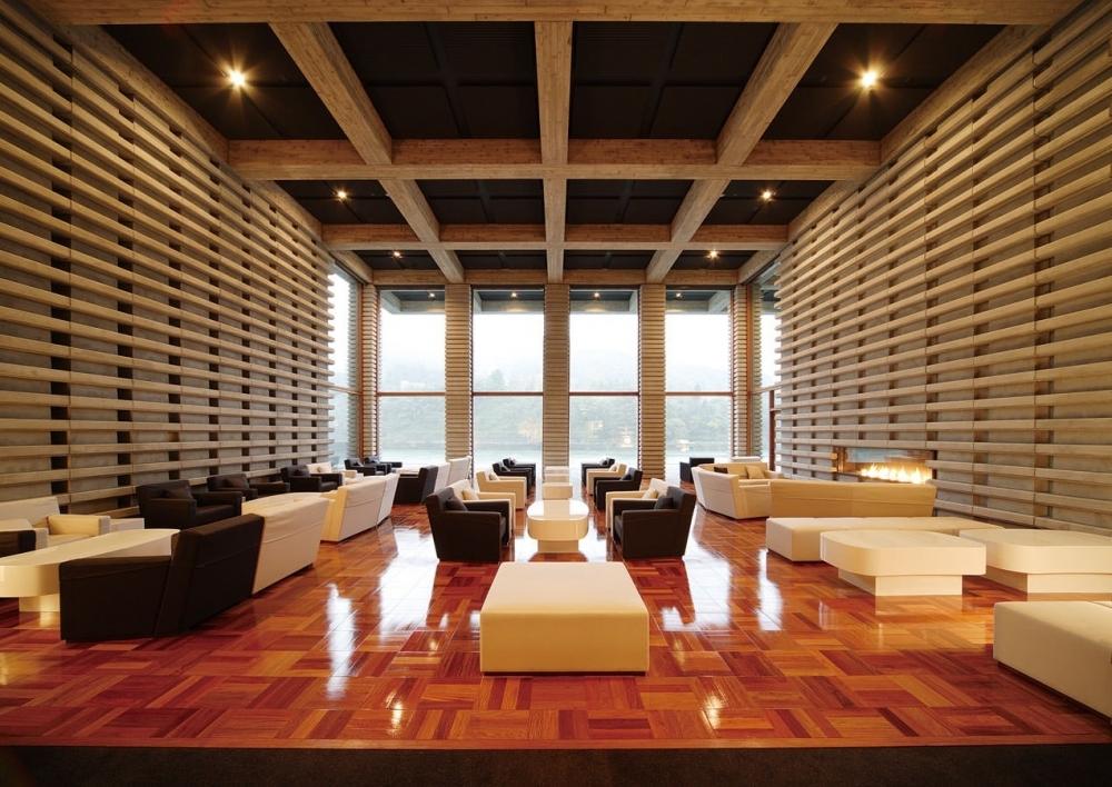 神通峡の風景と融合する現代建築