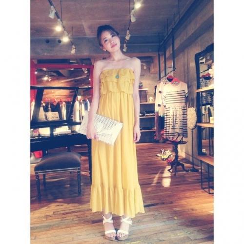 黄色のワンピースでバカンスファッションの宮田聡子