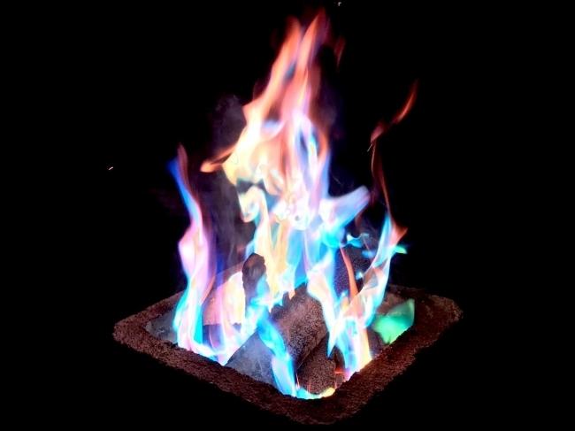 焚き火を虹色に変えるフォトジェニックアイテム「ARTFIRE」