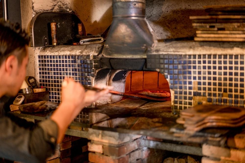 窯から手づくり。生地は10日以上の長期発酵