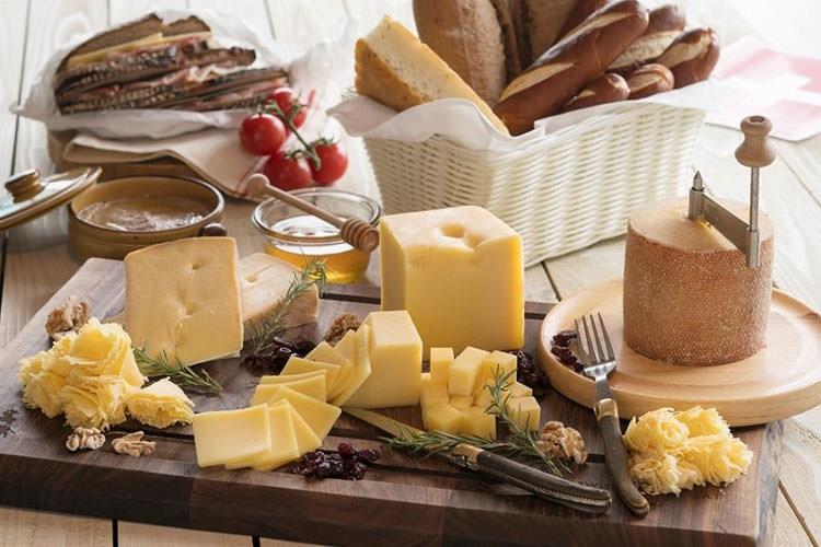 スイスの伝統チーズを食べ比べ