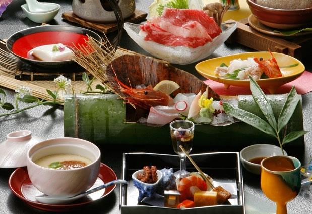 旬の三朝の食材を盛り込んだ絶品会席料理