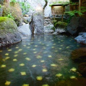"""金脈が眠る天然温泉をゆるりと愉しむ。効能豊かな""""金の湯""""がある宿"""