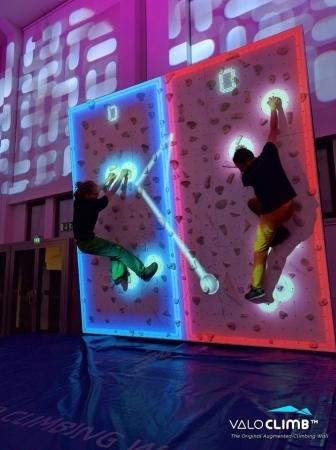 カフェ併設のジム「VILLARS Climbing 有明店」でARボルダリング