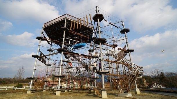 アスレチックでボルダリングに挑戦!「滋賀農業公園ブルーメの丘」