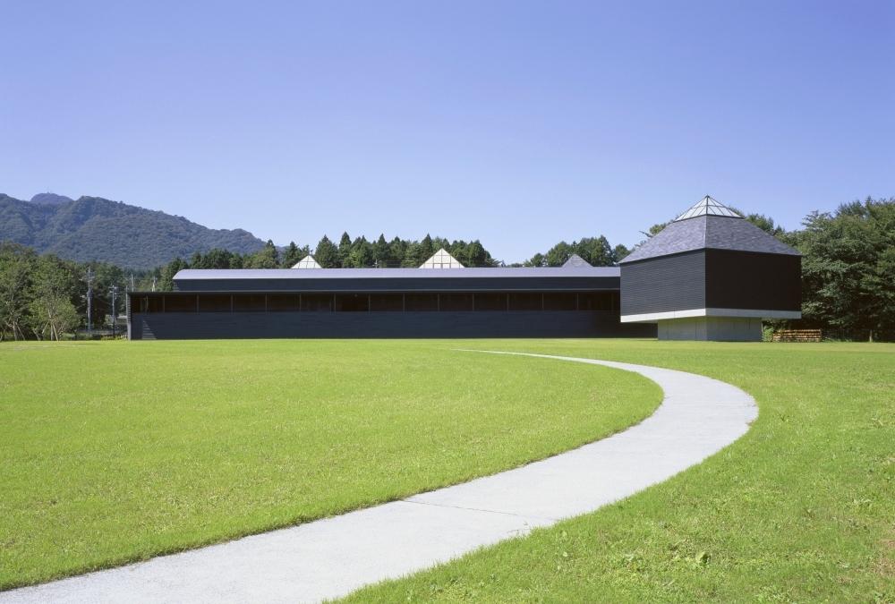 世界的建築家・磯崎新氏が手がけた、印象的な外観