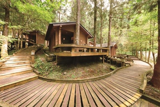 自然との一体感を求めるなら、ナチュラル志向の「明池山荘」へ。