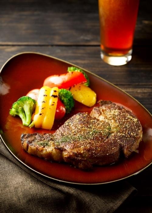 ダイナミックな肉料理はビールと好相性。
