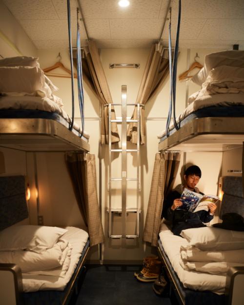 伝説の寝台列車の旅を追体験できる、都心のホステル
