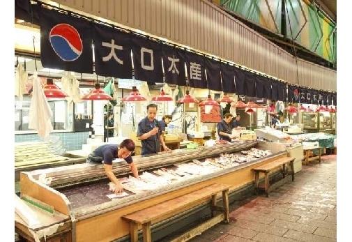 市場で食べ歩きを楽しむ|海鮮グルメを味わいつくす旅