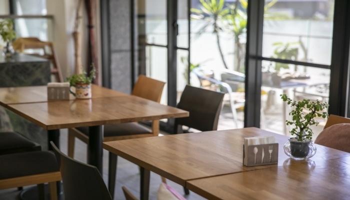 自然光が気持ちいい! 1階は地元で人気のカフェスペース。