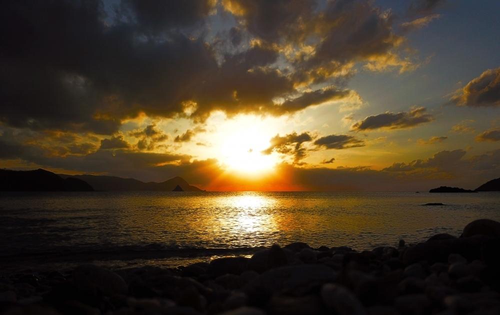 立神さまに太陽降臨。笠利湾の夕景が神々しすぎる