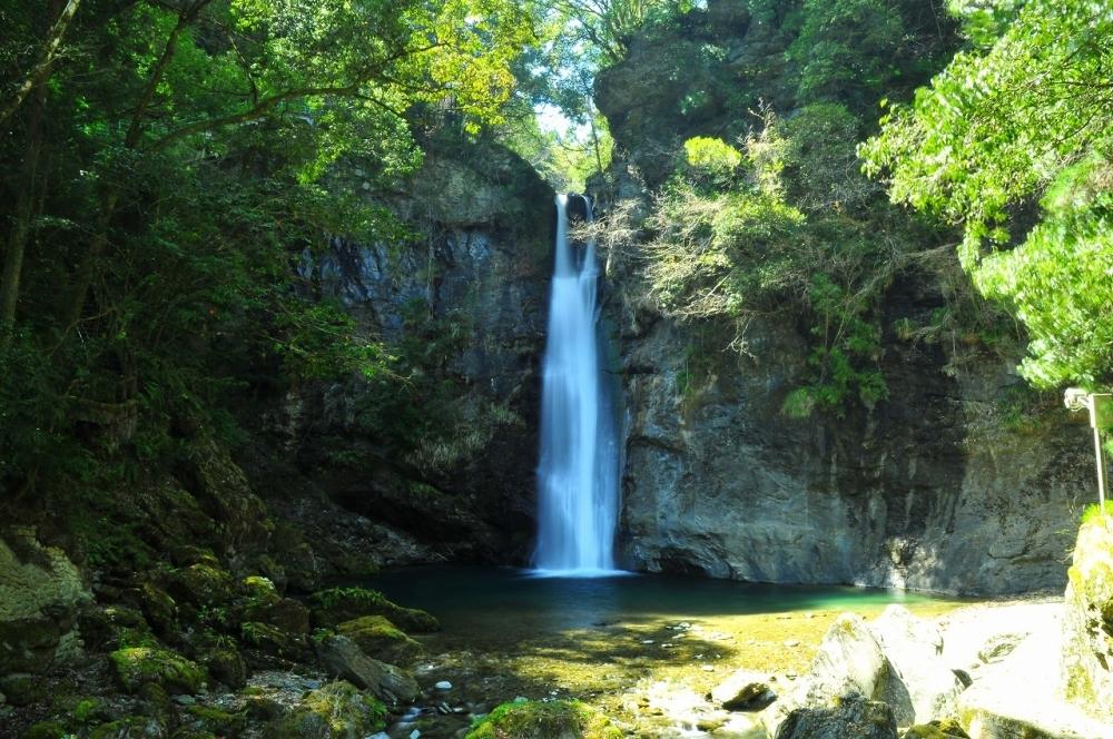 展望所から滝を見下ろせる「土々呂の滝」(美馬郡)