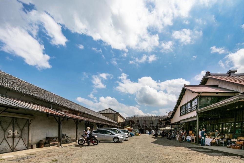木造の味わいを活かしながら地域交流の場へと生まれ変わった「富岡倉庫3号倉庫」(群馬)