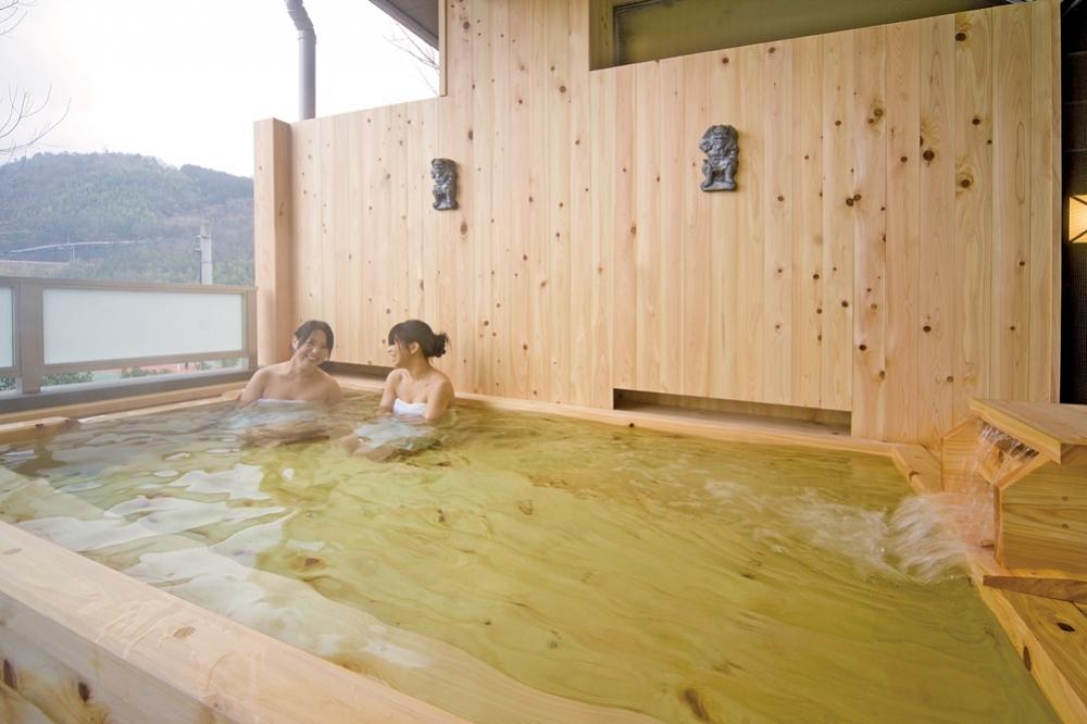 檜の香りと自然に包まれた露天風呂