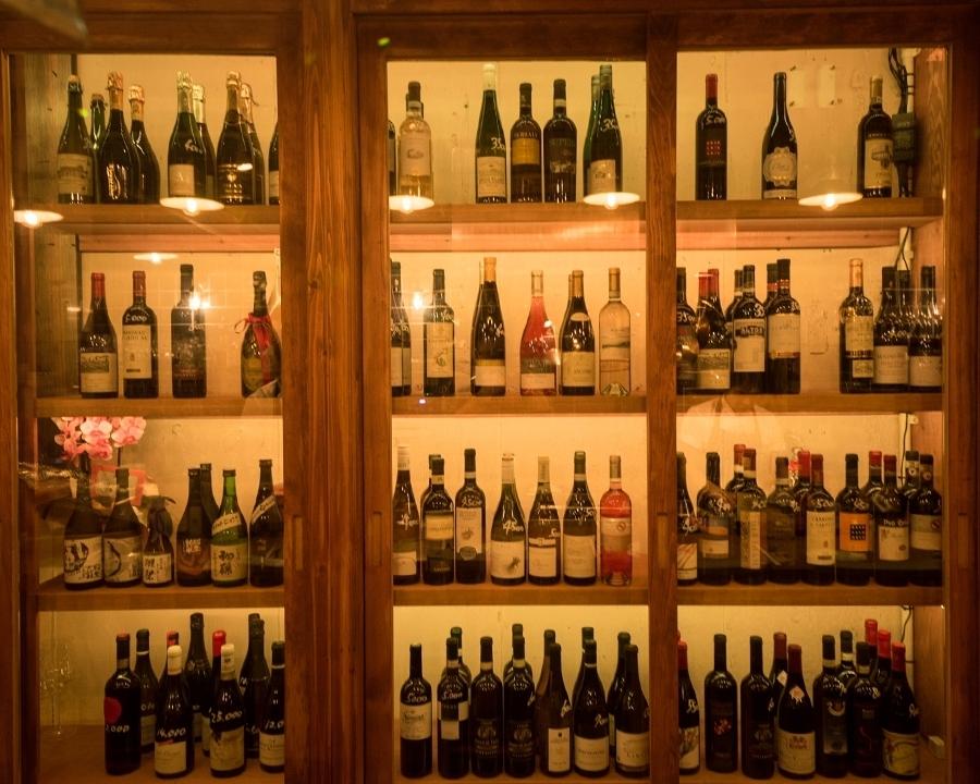 ワインセラーに並ぶのは200種類もの厳選ワイン