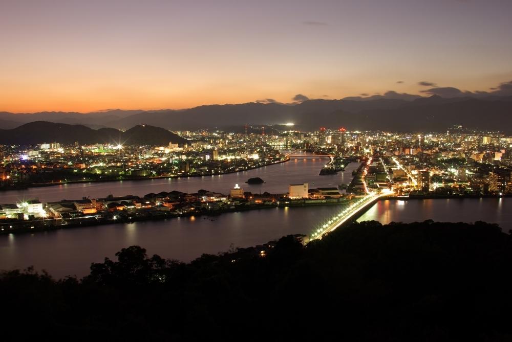 輝く星と煌めく街、高台から臨む夜景