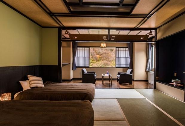 最上川を望む客室