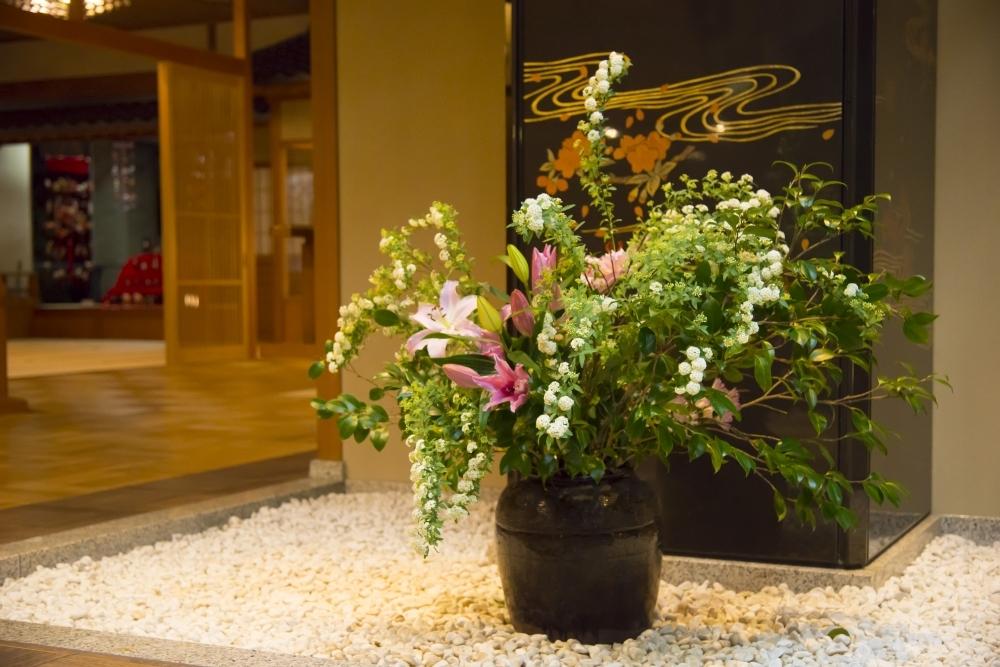 全国の旅館で唯一!天然無垢の桐を敷きつめた贅沢な館内