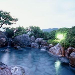 「足立美術館」徒歩1分!開放感ある露天風呂で名湯を堪能できる宿